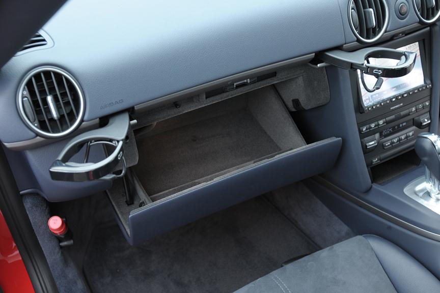 助手席側のグローブボックス。収納式のカップホルダーがユニーク