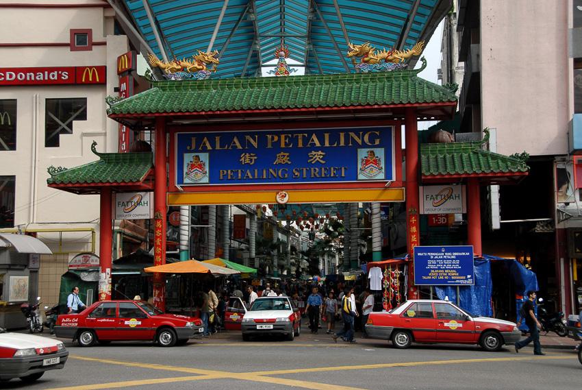中華街の入り口。昼間に訪れても露店はなく、閑散とした雰囲気となっているが、夕方以降に露店が出てからは歩くのも大変なほどに人々が集まってくる