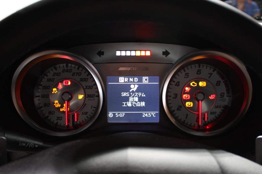 メーターはアナログ式。センターの画面の上にあるLEDはマニュアルシフト時に変速タイミングを知らせる。展示用のため警告表示が出ている
