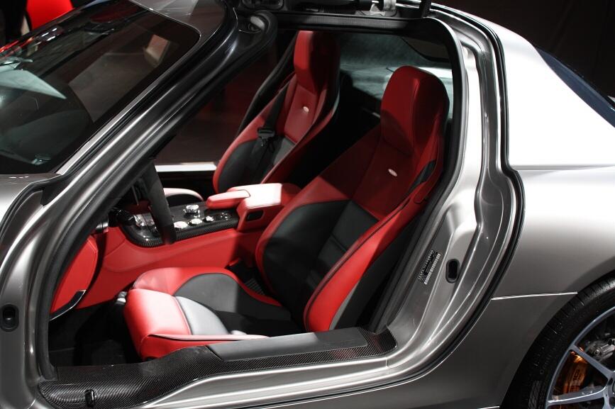 内装カラーは「クラシックレッド/ブラック」にカーボンパッケージを装着