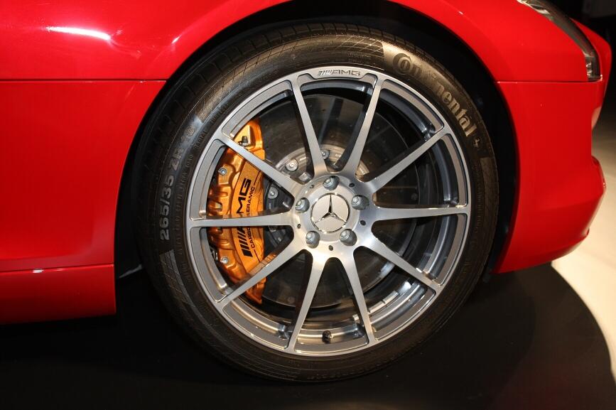 AMGパフォーマンスパッケージを装着、ブレーキはAMGカーボンセラミックブレーキとなり、ホイールはAMG10スポークアルミホイールとなる
