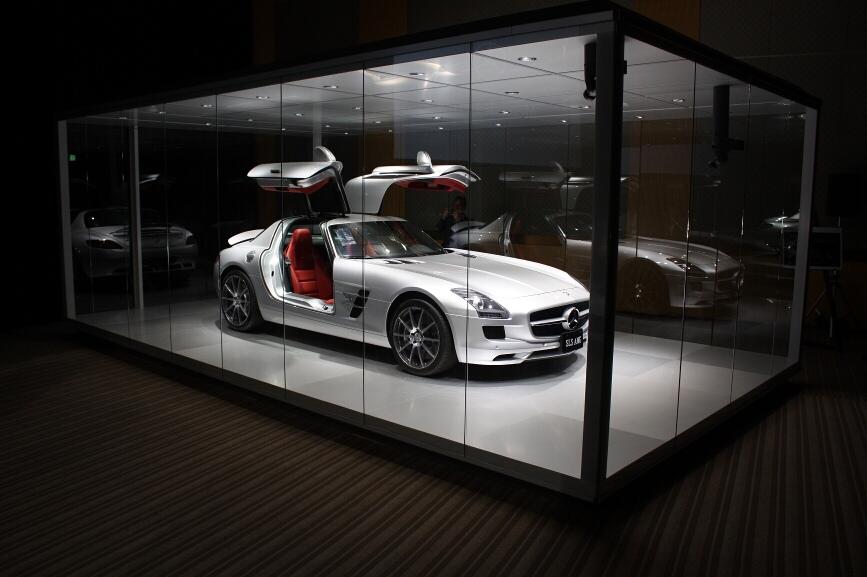 ガラスのケースに実物のSLS AMGを入れて展示する「SLS AMGショーケース」