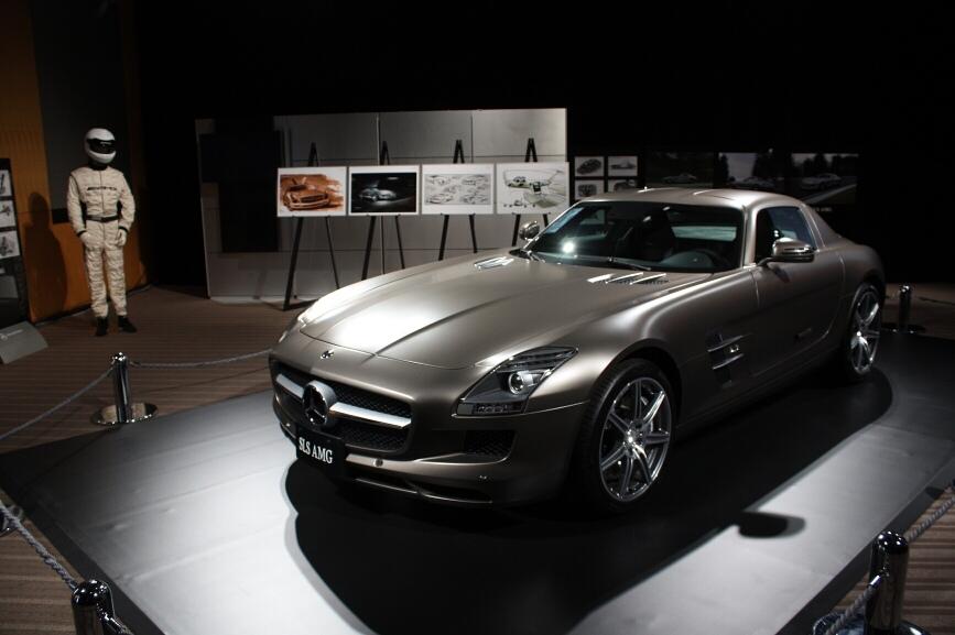 AMGパフォーマンスセンターにおけるSLS AMGの展示イメージ