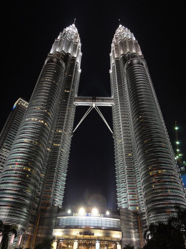 マレーシアの首都、クアラ・ルンプールといえばペトロナスタワー。トムスチームのメインスポンサーとして知られるマレーシアの国立石油会社ペトロナスのビル