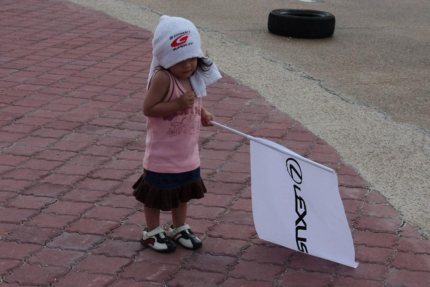 GTのタオルにレクサスの小旗を持った女の子を多くの人が撮影していた。将来はレースクィーン?