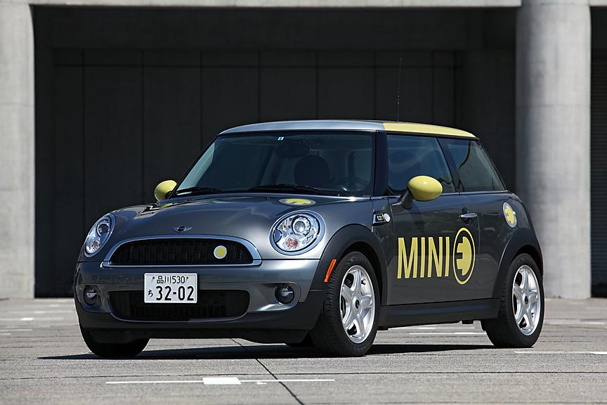 アメリカ仕様車ゆえの違いはあるものの、それ以外はノーマルミニとの違いは少ない。ドア部分に描かれた大きな文字とロゴ・マークがなければ、少しドレスアップを加えたノーマル車にしか見えない。ただ、リアから見ればマフラーがないことに気づく
