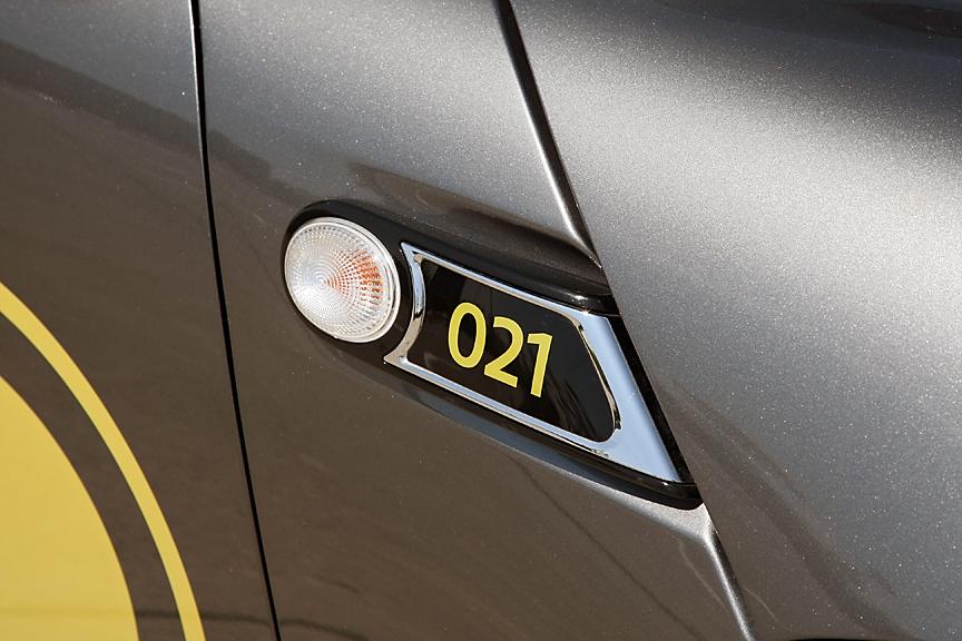 フェンダーダクト部分にはシリアルナンバーが表示される。「007」はロサンゼルス・モーターショーに展示された車両だ