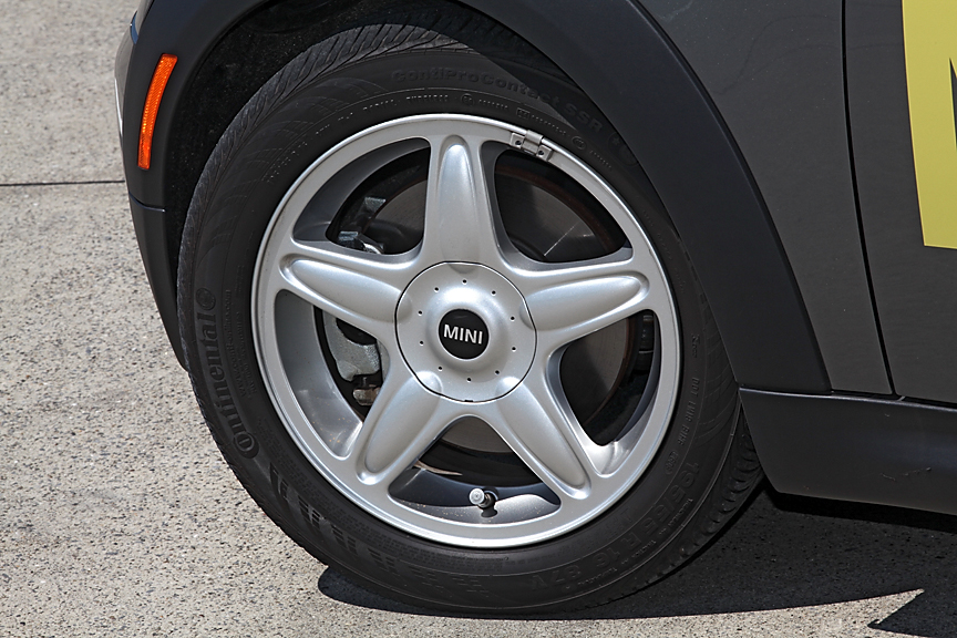 タイヤはコンチネンタルのContiProContact SSRの195/55R16。クーパーSと同じサイズだ