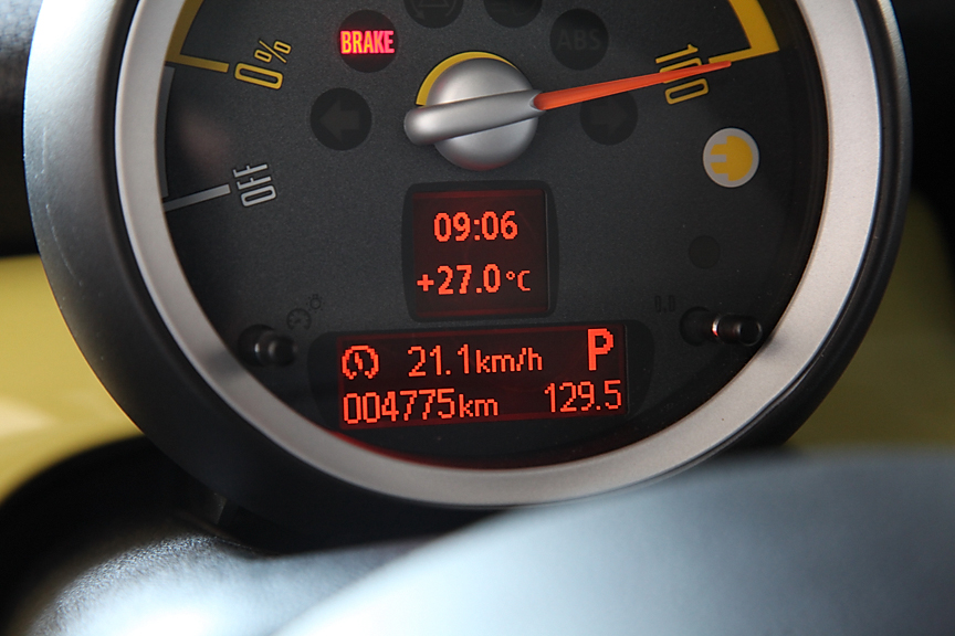 メーター最下部のオンボードコンピュータの表示はMINI E専用。バッテリー残量や温度、航続距離などを確認することができる