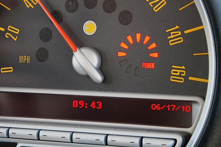 センターメーターの燃料計部分は出力を示すインジケーターに変更されている。9時の位置を基準に加速時は右方向に、減速(回生)時は左方向にインジケーターが点灯していく
