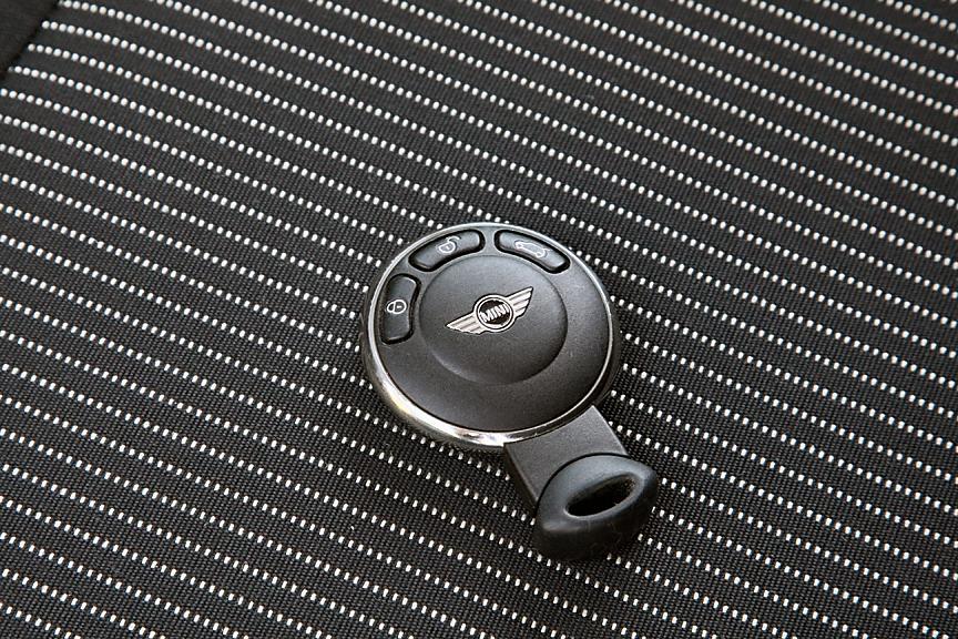 キーそのものやプッシュボタン式のスターターはノーマルモデル同様。ただ、エンジンスタートボタンを押してもエンジンがかかることはないので無音&無振動。温度が高いときは電動ファンが回転するため音が聞こえるものの、普通のクルマに慣れているとちょっとした驚きを感じる