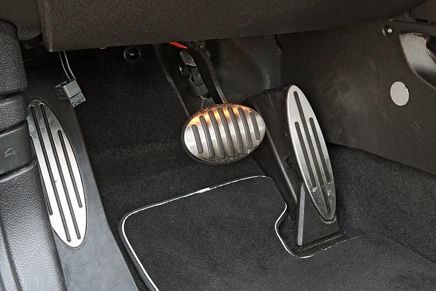 ペダルもごく普通のAT車と同じ2ペダルタイプ。回生システムによってアクセルを離すだけで減速する(最大0.3G)ため、ブレーキの使用頻度は低くなりそうだ