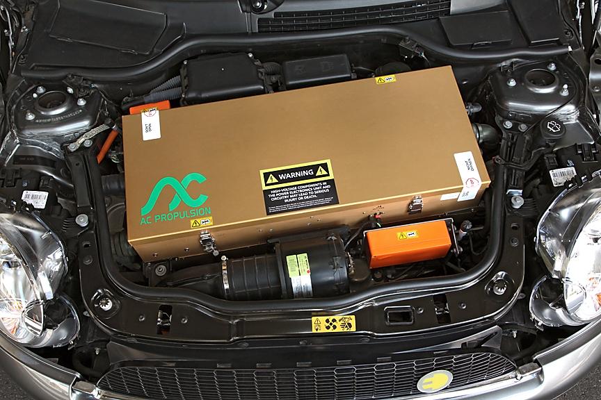 ボンネットを開けるとエンジンの代わりに大きなボックスに納められたコントロールユニットが。ボックスには封印がされており、日本では開けることができないと言う