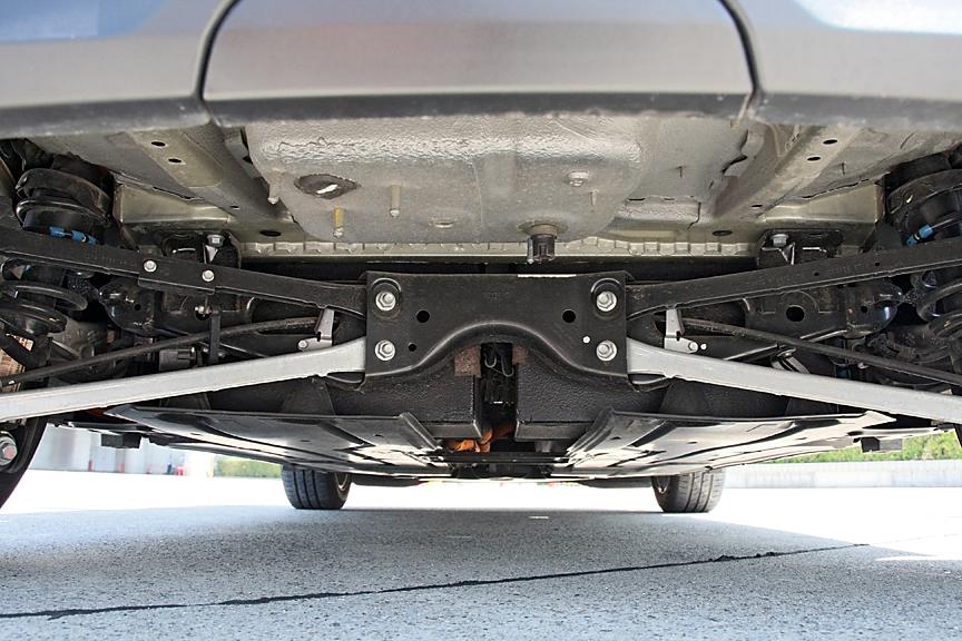 電気自動車だけに当然マフラーは非装着。リアアクスルの前の大きなボックスは蓄電ユニットのようで、エンジンルームのパワーユニットへとケーブルが伸びている