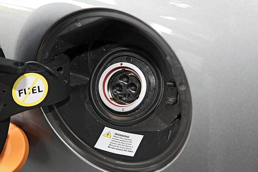 充電用のコネクターはフューエルリッドの中に。専用コネクターで接続はワンタッチで行える