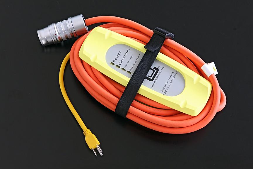専用の充電ケーブル。電源プラグはアース付タイプだが一般家庭用の100V電源からも充電が可能