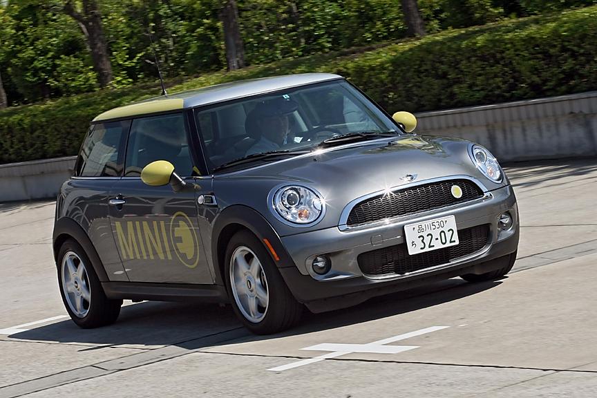 電気自動車であるMINI Eの走りは独特。エンジン振動や排気音がまったくなく、アクセルを踏むと静かに力強く加速していく。回生ブレーキによる減速も最初は違和感があるものの、すぐに慣れてしまいそう。「このまま量産車として市販もできるのでは?」とすら思えてしまうほどの完成度だ