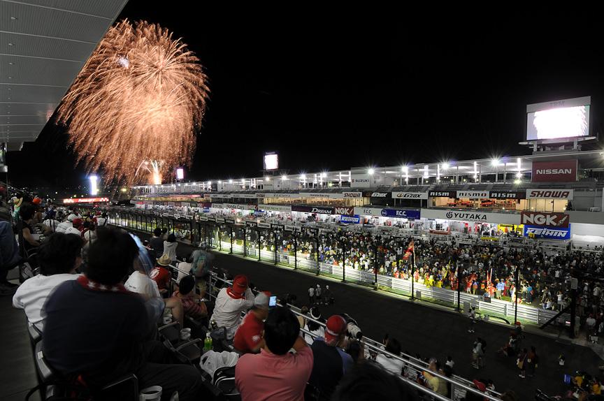 レース終了後は打ち上げ花火で勝者を迎える