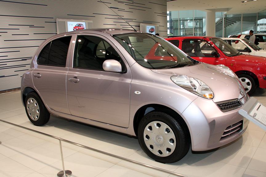 日産車で初めてインテリジェントキーを採用するなど、使い勝手のよさと先進のデザインが特徴となる3代目マーチ(K12型)
