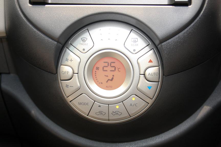 12G、12G FOURに標準装備のフルオートエアコンの操作パネル