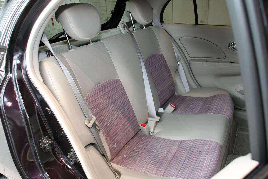 インテリアは専用シートのほか本革巻き3本スポークステアリングなどを装備する