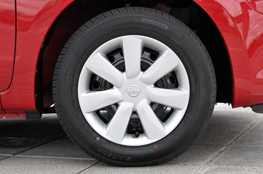 タイヤサイズは165/70 R14で、ホイールはカバータイプ。インセットは45、PCD100