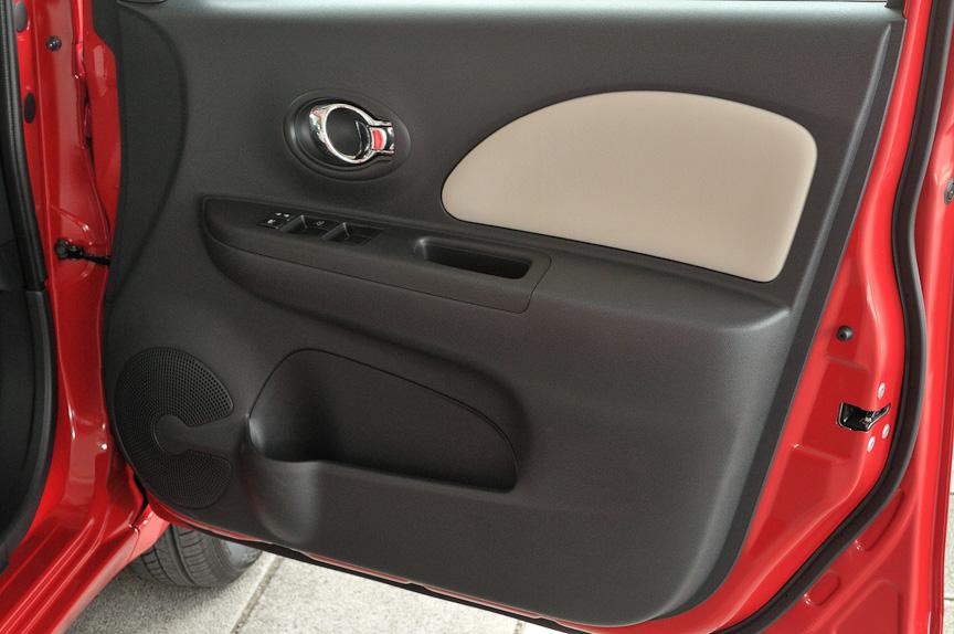 運転席側のドア。ドアポケットはボトルホルダー付き