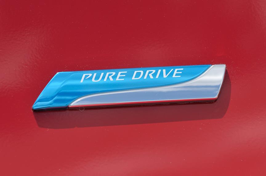 エコカー減税対象車のうち、次世代環境技術を備えたエンジン搭載車にのみ与えられる「PURE DRIVE」のロゴ。アイドリングストップ機構を備える12Xと12Gにつく