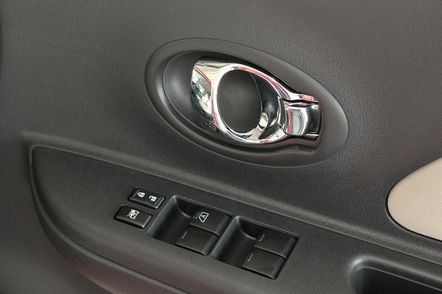 インナードアハンドルはメッキタイプで高級感がある。12S以外全車標準装備する