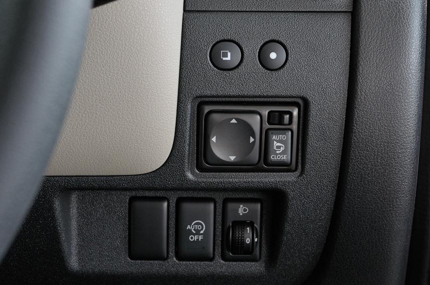 ステアリング右側のスイッチ類。ドアミラーは「AUTO」にしておくことでドアロックに連動して自動格納される。その下の「AUTO OFF」スイッチを押すとアイドリングストップをしない