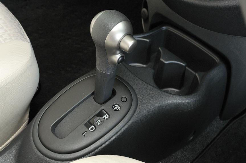 トランスミッションは全車エクストロニックCVT。変速比幅を7.3とし、7速AT以上の幅を持たせることで低速時のレスポンスを高め、高速走行時は低回転で低燃費を実現できると言う