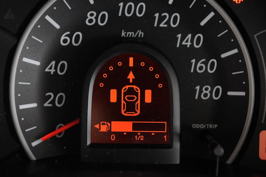 タイヤアングルインジケーターは、15km/h以下で前進または後退すると、タイヤの向きとステアリングの切れ角、進行方向を表示する。前進時はエンジン始動から20秒以内に自動表示され、後退時はRレンジに入れている間は自動表示する
