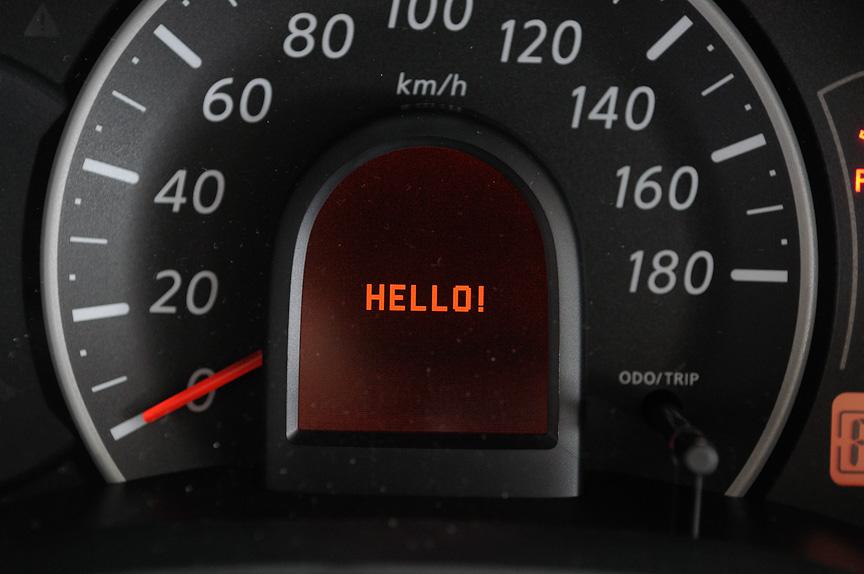 フレンドリー表示機能。「HELLO!」「GOOD-BYE」などウェルカム表示を行うほか、あらかじめ設定しておくことで誕生日や結婚記念日などアニバーサリー表示も可能