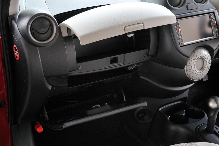 助手席前のグローブボックスは車検証を入れておく程度のスペースだが、その上のアッパーボックスは広くスペースが取られている
