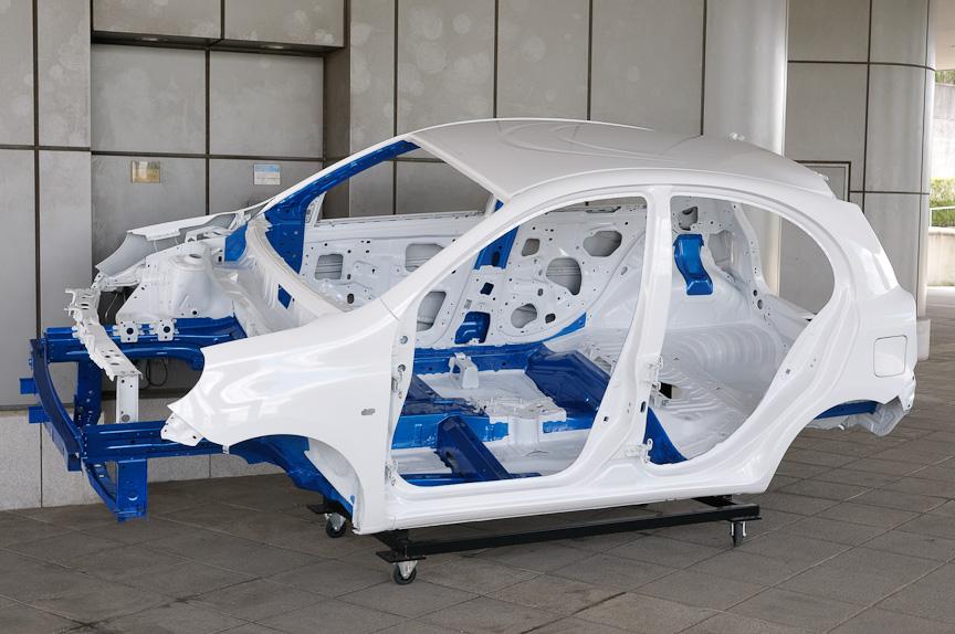 新型マーチのホワイトボディー。新開発のVプラットフォームは高剛性と軽量化を両立するのが特徴