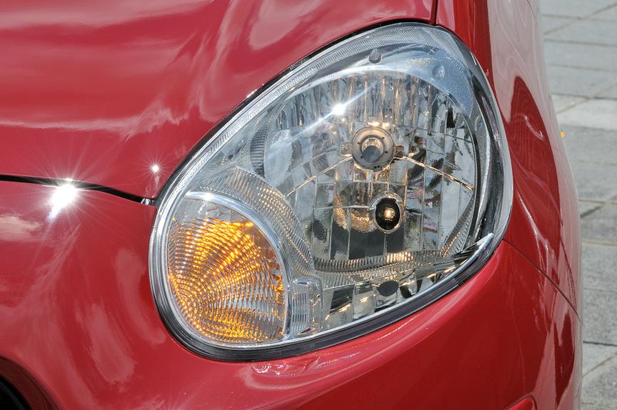 丸型ヘッドライトは先代モデルから継承したデザイン。車両の見切りのよさにも貢献する