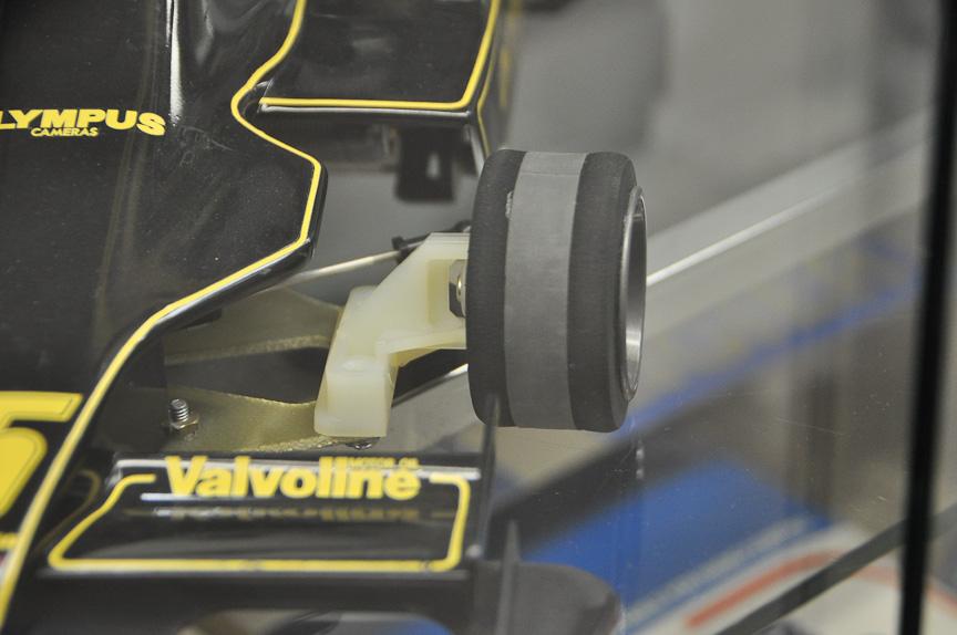 ロータス 79の前輪。製品名はサンドイッチタイヤ。ストレートでは中央のゴムの部分で、コーナーでは両サイドのスポンジの部分でグリップを得る