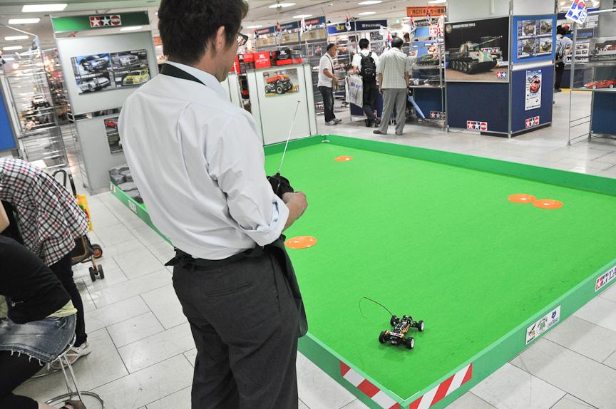 RCカー操縦体験コーナー。実際にRCカーの操縦を楽しむことができる