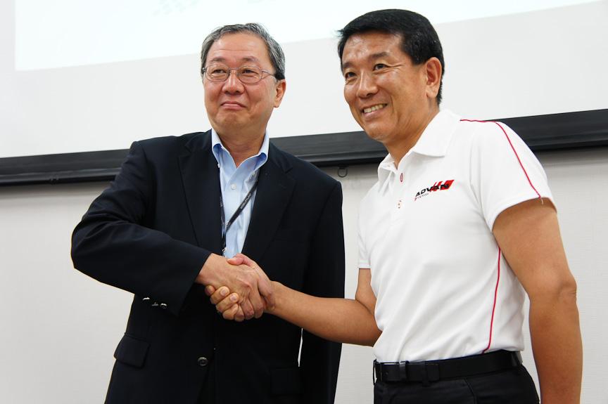 鈴鹿サーキットを運営するモビリティランド代表取締役社長 大島裕志氏(左)と、WTCCのオフィシャルタイヤサプライヤーである横浜ゴム執行役員兼タイヤグローバル製品企画本部長 小松滋夫氏(右)