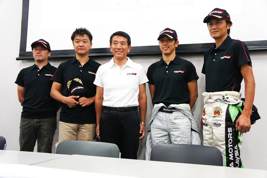 今年のWTCCに参加するドライバーと、横浜ゴムの小松滋夫氏(中央)