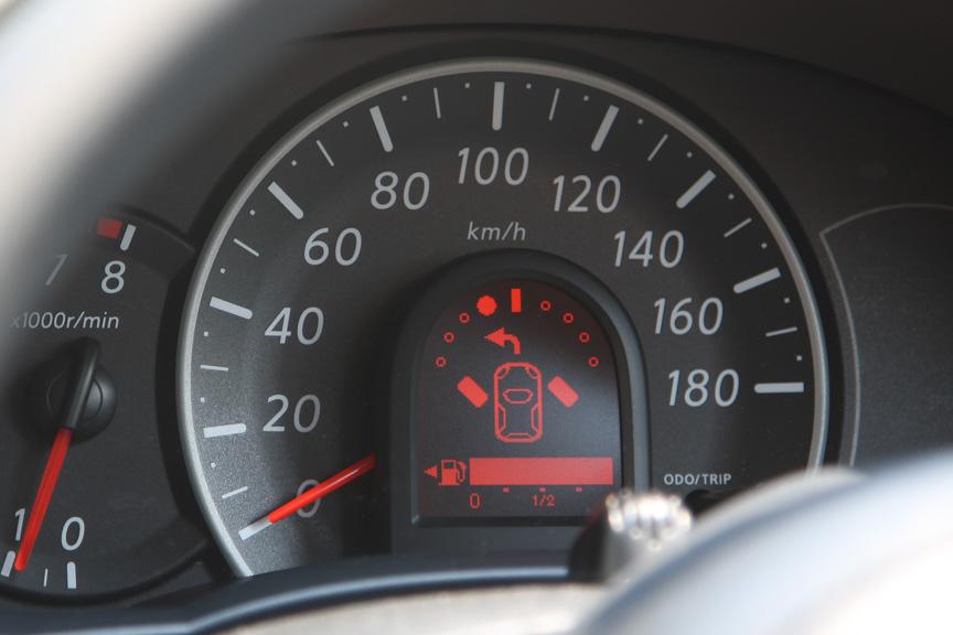 このディスプレイは、タイヤアングルインジケーターを兼ねており、前進時、後進時のタイヤの向きとクルマの進行方向を表示してくれる