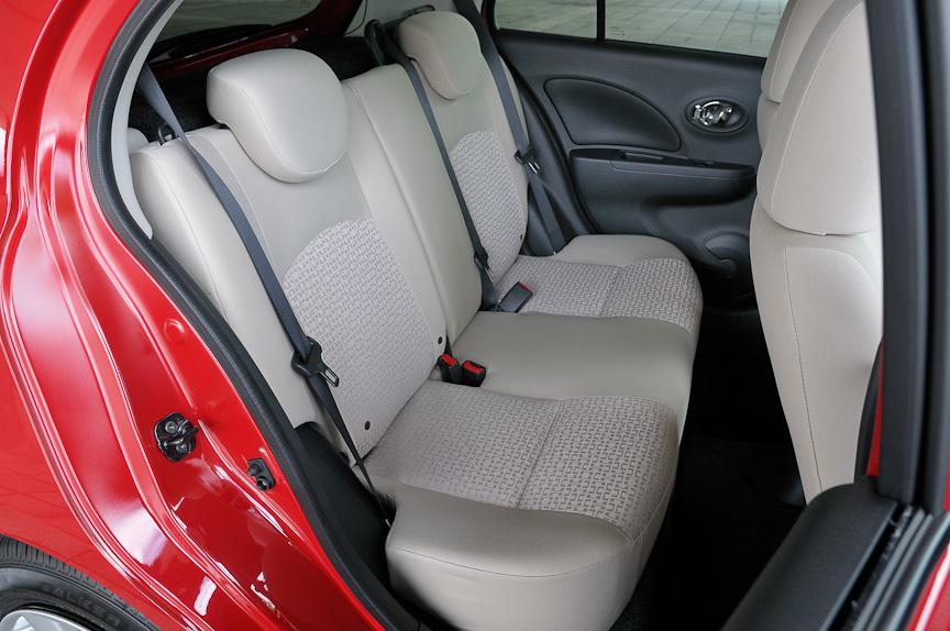 後席には、3名分のシートベルトがあるが、センターシートにヘッドレストは設けられていない