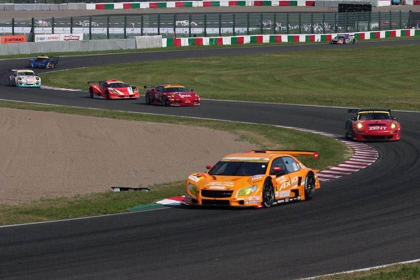 2位を走る74号車に後方に25号車、27号車の2台のポルシェが上がってきた