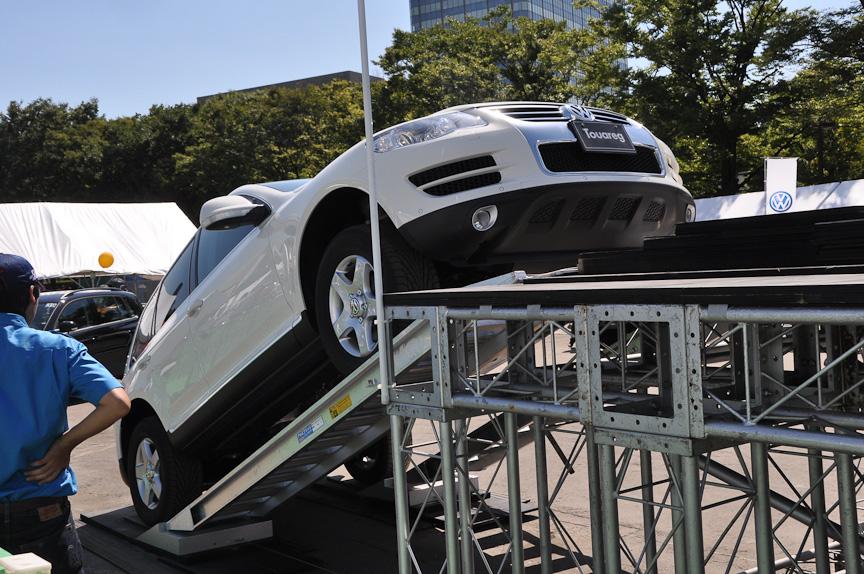 SUV車の同乗走行可能なスチールジャングルを都会に設置。トゥアレグやティグアンの走行性能を確かめられる人気のコーナー