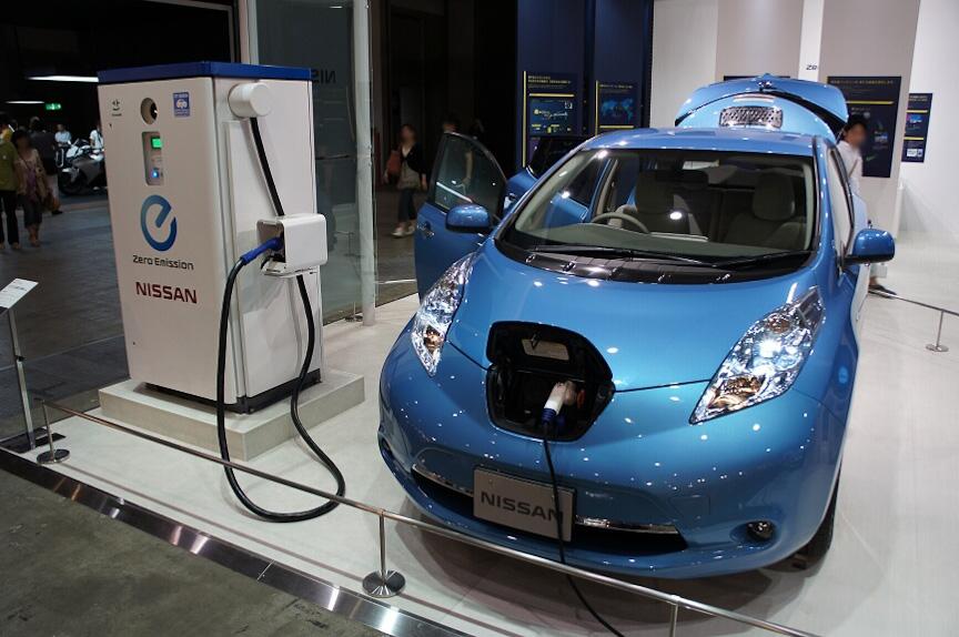 日産のEV「リーフ」は充電設備とともに展示された