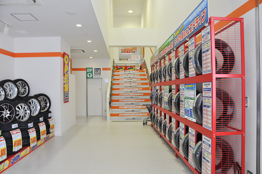 多くのオートバックスと同様、店舗は2階にある。1階から2階へ向かう通路