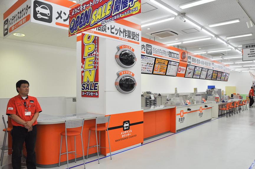 一直線に並ぶカウンター。2階に上がると、すぐにこのカウンターが目に飛び込んでくる。来店客をスムーズにサポートしていく