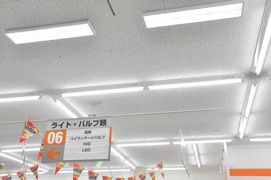 照明には一部LEDが用いられている。単列の照明は蛍光灯だが、複列の照明がLED