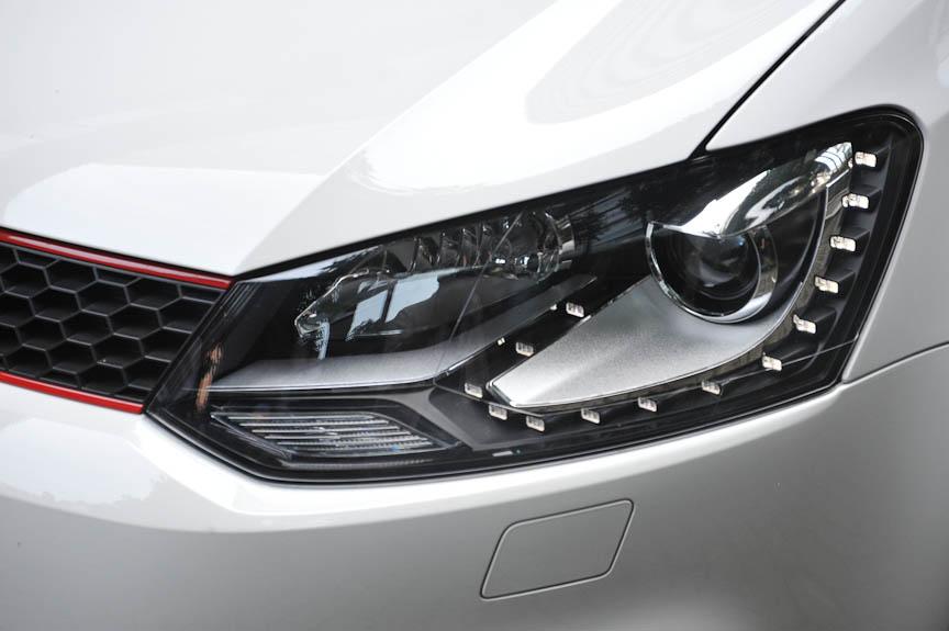 LEDのポジションランプはバイキセノンヘッドライト、スタティックコーナーリングライト、ヘッドライトウォッシャーとセットのオプションだが、標準のハロゲンヘッドライトモデルは受注生産になる
