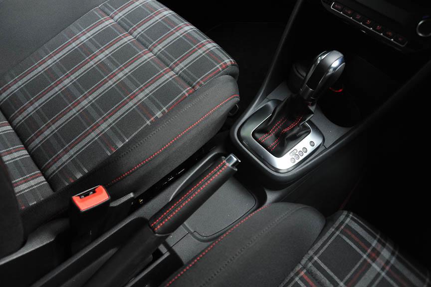 GTIならではのチェックのシートと赤いスティッチ